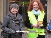 Verena Osgyan mit der Grünen Fraktionsvorsitzenden im Bayerischen Landtag Margarethe Bause beim Infostand in der Nürnberger Fußgängerzone.