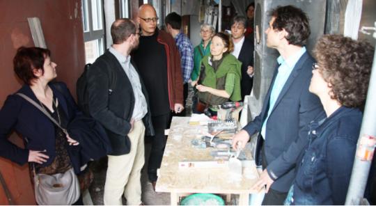 Verena Osygan, Markus Ganserer (v.li.) und Martin Stümpfig (2.v.re.) informierten sich in Fürth über Altbau-Sanierung.