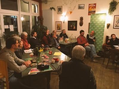 """Diskussion im Café """"...na und"""""""